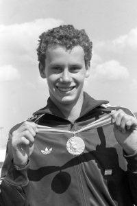 Moszkva, 1980. július 28. Wladár Sándor úszó, a 200 méteres hátúszás olimpiai bajnoka aranyérmével az olimpiai faluban a XXII. nyári olimpián. MTI Fotó: Petrovits László